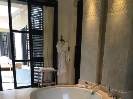 Pool Villa bathtub